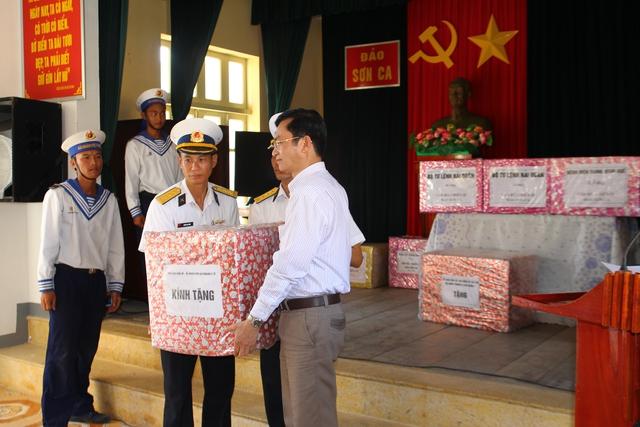 Tặng quà cho cán bộ, chiến sĩ và nhân dân trên đảo Trường Sa.