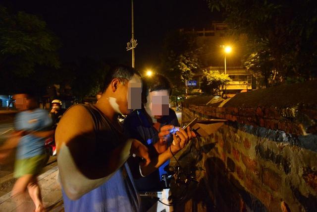 2 giờ sáng nhiều bạn trẻ vẫn lang thang ngoài đường để tìm bắt những con vật ảo.