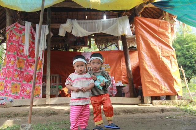 Chị Anh đột ngột qua đời để lại hai con nhỏ với túp lều rách nát.