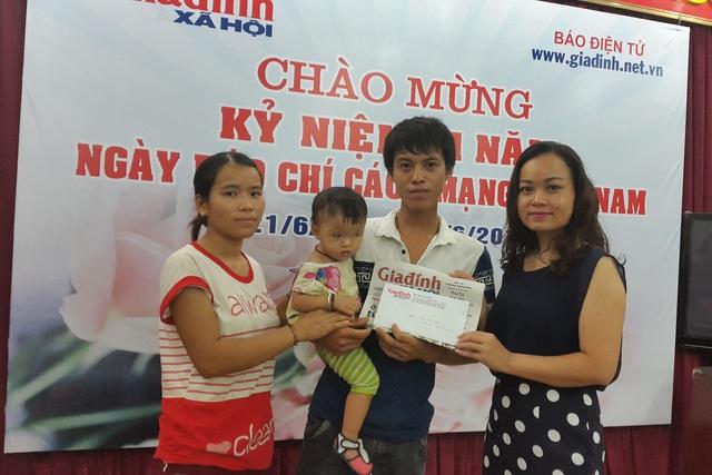 Bà Đỗ Thị Thúy, Trưởng phòng Gia đình, đại diện chuyên mục Vòng tay nhân ái (bên phải) trao tiền cho gia đình bé Bảo Hân. Ảnh: P.thuận