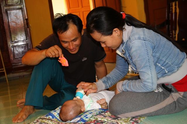 Vợ chồng anh Nguyễn Văn Hạnh và chị Nguyễn Thị Kiều Loan và công dân nhỏ tuổi nhất đảo Sinh Tồn.