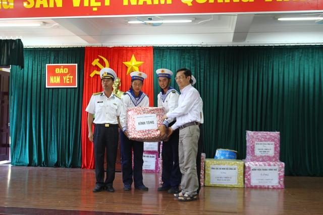 Tặng quà cho cán bộ, chiến sĩ đảo Sơn Ca, Nam Yết.