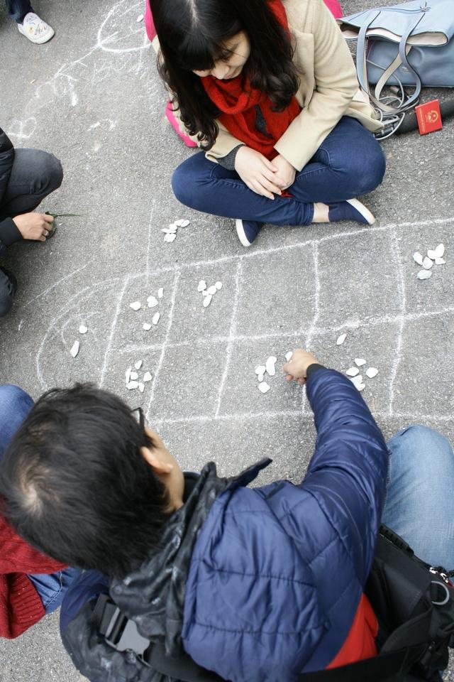 Trò chơi dân gian ô ăn quan gắn liền với tuổi thơ của nhiều người.
