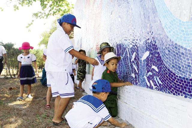 Những đứa trẻ trên thị trấn Trường Sa. Ảnh: P.B