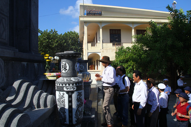 Dâng hương tưởng niệm cán bộ, chiến sĩ hi sinh tại Đài tưởng niệm liệt sĩ trên đảo Trường Sa.