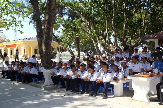 Các chiến sĩ trên đảo Sơn Ca đang xem biểu diễn văn nghệ.