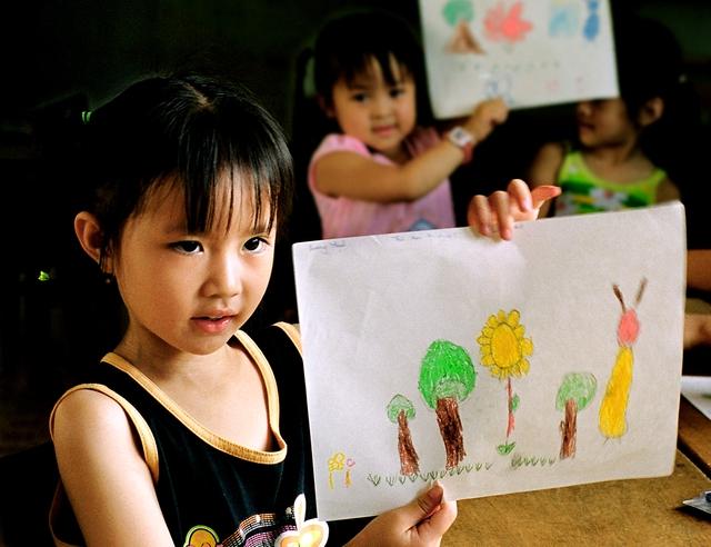 Đầu tư cho trẻ em gái là đầu tư cho tương lai. Ảnh: H.Quang
