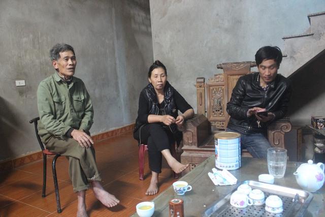 Người dân thôn Xâm Hồng bức xúc trước nạn khai thác cát ở địa phương.