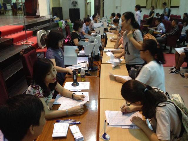 Thí sinh tới đăng ký xét tuyển tại Trường ĐH Kinh tế Quốc dân ngày 11/8. Ảnh: Q.Anh