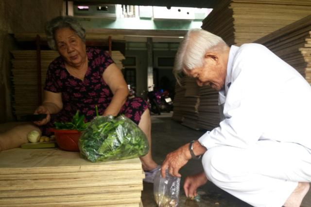 Vợ chồng ông Trần Quốc Phong đầm ấm tuổi về già. Ảnh: Đ.Hoàng