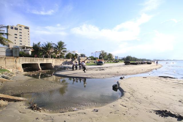 Nước thải từ các cống có màu đen ngòm chảy thẳng ra biển. Ảnh: Đ.H