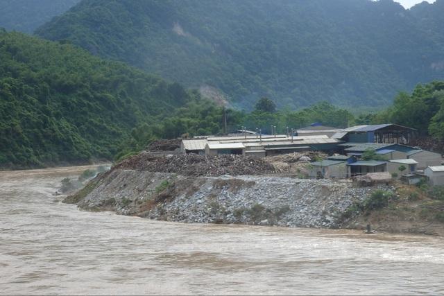 Các cơ sở chế biến lâm sản tập trung chủ yếu dọc 2 bên bờ sông Mã. Ảnh: Ngọc Hưng