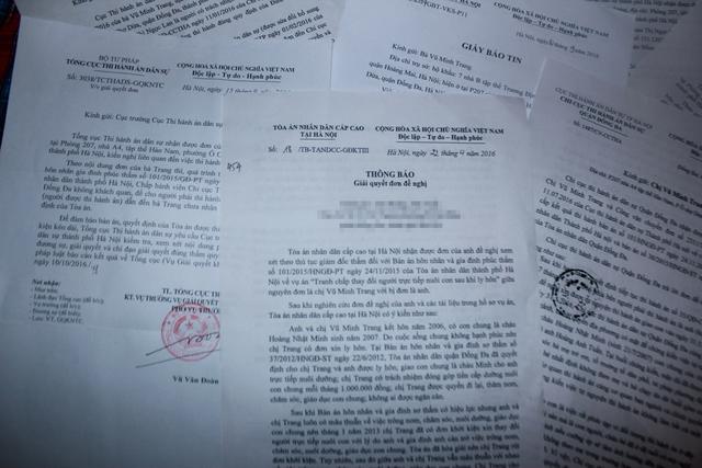 Những lá đơn mà chị Trang đã gửi đi khắp nơi để mong Chi cục THADS quận Đống Đa thực thi bản án. Ảnh: PV