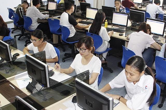 Thí sinh tham dự kỳ thi đánh giá năng lực 2016 làm bài thi hoàn toàn trên máy tính. Ảnh: VNU