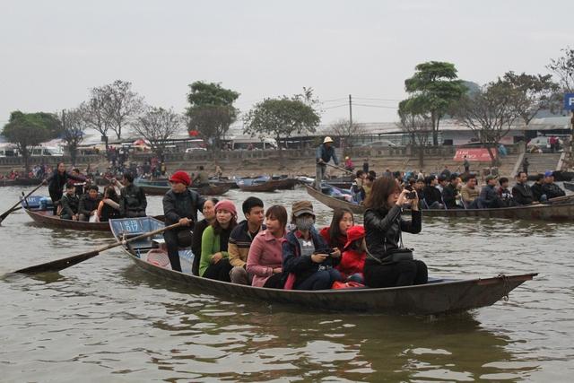 Hàng ngàn lượt đò rời bến không áo phao cho du khách ngày 27/2.