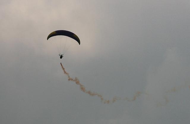 Một dù lượn bay kết hợp thả khói màu khá ấn tượng.