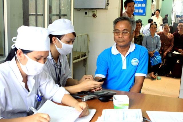 Đi khám bệnh định kỳ sẽ giúp người cao tuổi bảo vệ sức khỏe. Ảnh: Dương Ngọc