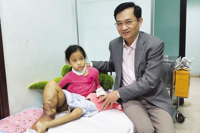 TSLê Cảnh Nhạc, Phó Tổng cục trưởng Tổng cục DS-KHHGĐ, TBT Báo GĐ&XH trong lần trao tiền cho bé Cẩm Nhung. Ảnh: PV