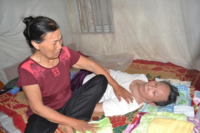 Gia đình Thiếu tá Nguyễn Ngọc Chu có hoàn cảnh khó khăn, bố nằm liệt giường 6 năm nay. Ảnh: Đức Tùy