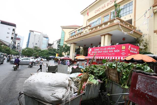 Điểm tập kết rác nằm chình ình ngày trước chợ Hà Đông.