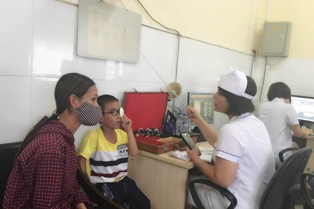 Tập mắt cho trẻ bị nhược thị ở Bệnh viện Mắt Trung ương. Ảnh: T.Nguyên