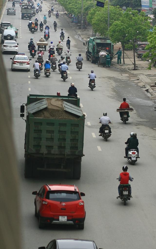 Xe tải chở cát vi phạm quy định trên đường Nguyễn Xiển.