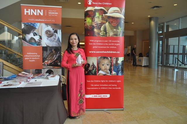 Nữ hộ sinh Nguyễn Thị Minh Hồng nhận Giải thưởng Cán bộ hộ sinh xuất sắc Quốc tế. Ảnh: BTC