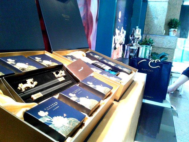 Sản phẩm bánh Trung thu có kèm quà tặng mạ vàng tại Khách sạn Sofitel Plaza Hà Nội.