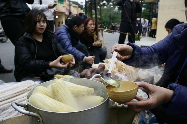 Nồi ngô luộc nóng hổi trong ngày đông giá lạnh là hình ảnh rất quen thuộc đối với người dân Hà Nội.