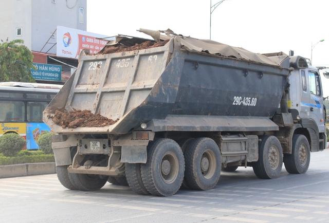 Hành vi làm rơi vãi đất, cát có thể bị phạt từ 5 -10 triệu đồng.