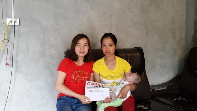 PV Phương Thuận của BáoGĐ&XH trao tiền cho cháu Phan Hoàng Minh Đức.