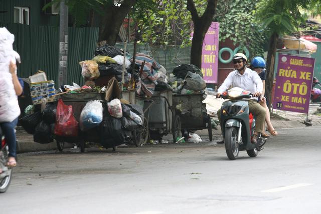 Điểm tập kết rác thải khá lớn trên phố Trần Kim Xuyến.