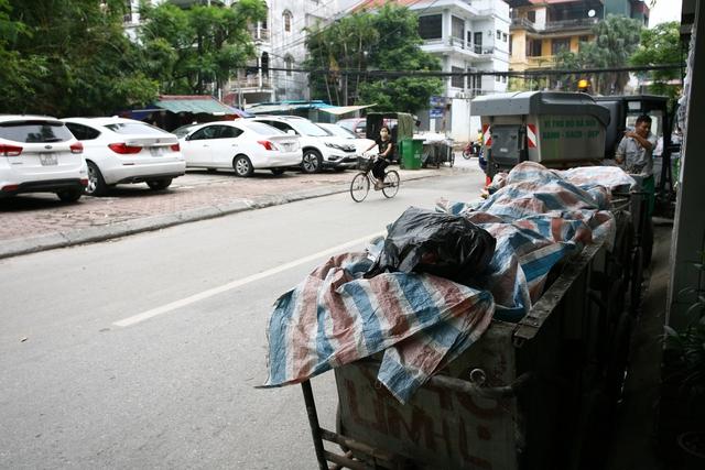Các xe rác được che kín trên phố Phan Kế Bính nhưng vẫn bốc mùi hôi thối.