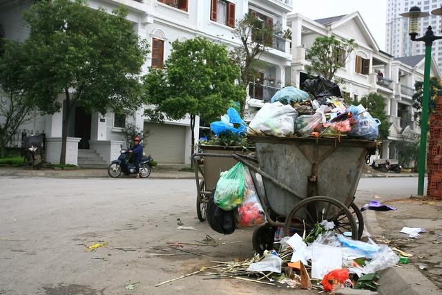 Cần nâng cao ý thức của người dân trong việc xử lý rác thải.