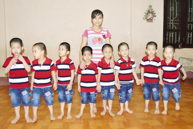 8 đứa trẻ không biết về đâu nếu như gia đình không đến nhận. Ảnh: Đ.T