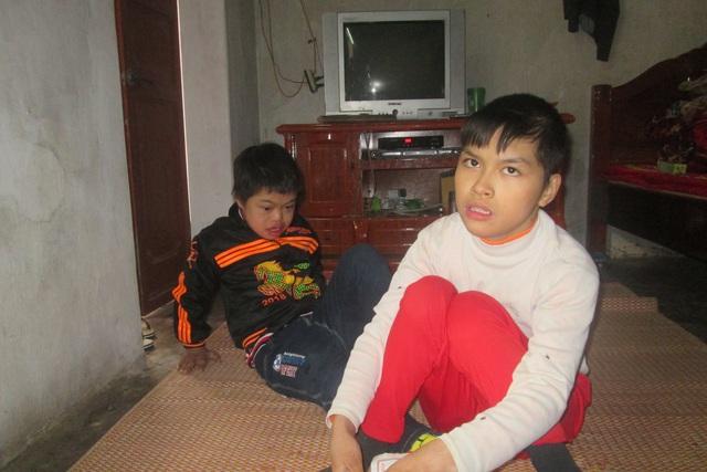 Rồi đây khi người mẹ nhắm mắt, không biết hai đứa trẻ bệnh tật này sẽ sống ra sao. Ảnh: Hồng Sơn