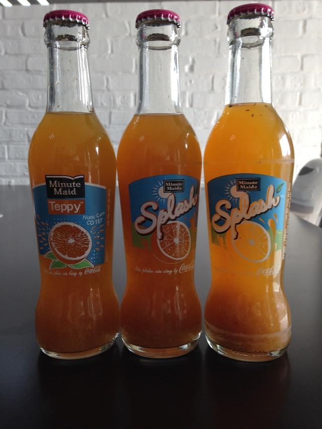 3 chai cam ép có cùng ngày, lô sản xuất với chai chứa ống thuỷ tinh và dị vật. Ảnh: T.G