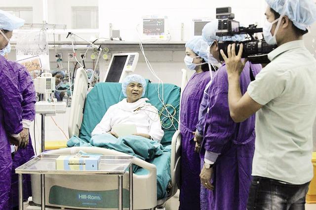 Bệnh nhân ghép gan tỉnh táo, trò chuyện cùng Bộ trưởng Bộ Y tế Nguyễn Thị Kim Tiến, chiều tối 6/5. Ảnh: V.Thu