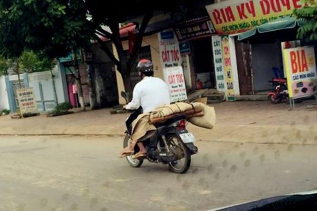 Hình ảnh thi thể chị Lò Thị Phanh được người thân đưa về quê bằng xe máy khiến dư luận xót xa. Ảnh: TL
