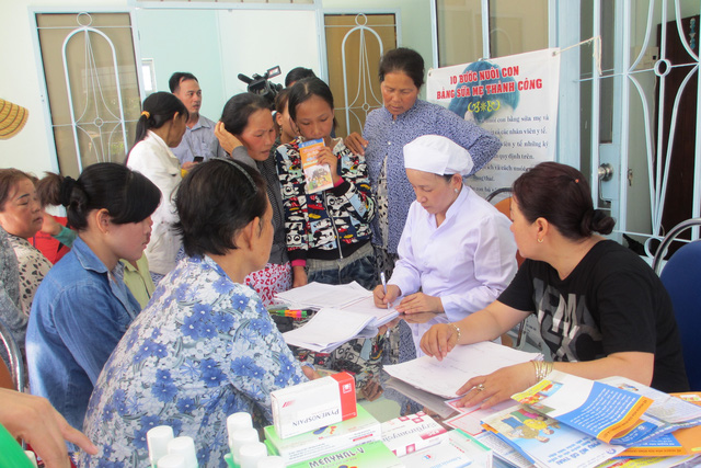 Người dân huyện Cam Lâm, Khánh Hòa đăng ký chăm sóc SKSS miễn phí tại Chiến dịch. Ảnh: T.T