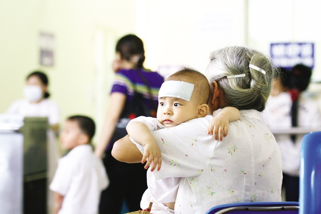Trẻ rất dễ mắc bệnh trong những ngày nắng nóng, oi bức. Ảnh: Chí Cường
