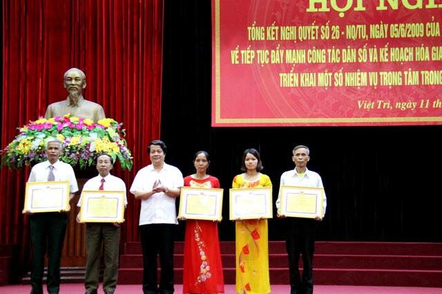Ông Hoàng Dân Mạc, Bí thư Tỉnh ủy Phú Thọ trao tặng Bằng khen của UBND tỉnh cho 5 tập thể có thành tích xuất sắc trong thực hiện Nghị quyết số 26-NQ/TU. Ảnh: H.Q