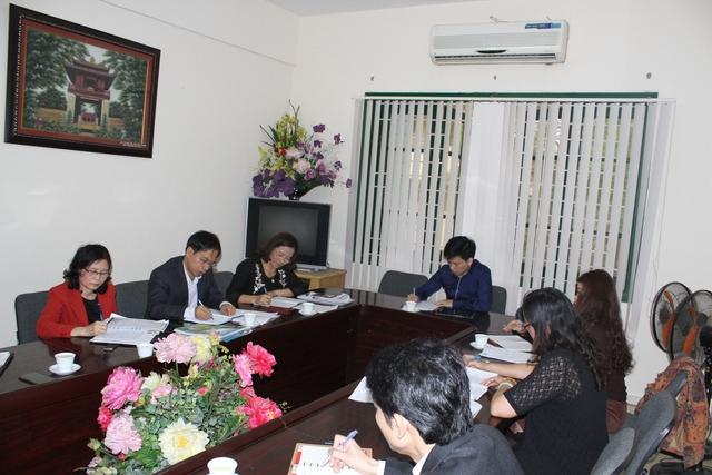 Lãnh đạo Trường THPT Trần Hưng Đạo (bìa trái) làm việc với những người tố cáo. Ảnh: T.G