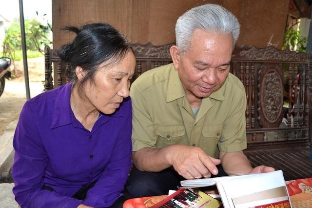 Mặc dù trên đầu đã hai thứ tóc nhưng vợ chồng ông Toàn vẫn nhớ lễ cưới đạm bạc ngày xưa. Ảnh: Đức Tùy