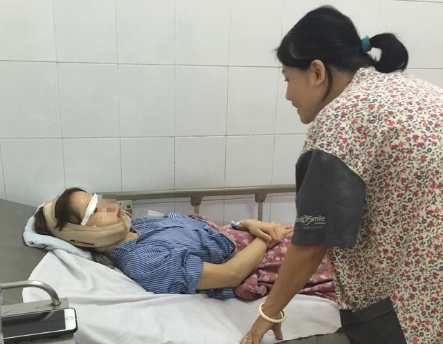 Chăm sóc hậu phẫu cho bệnh nhân phẫu thuật thẩm mỹ tại Bệnh viện Hữu nghị Việt Nam – Cu Ba. Ảnh: V.Thu