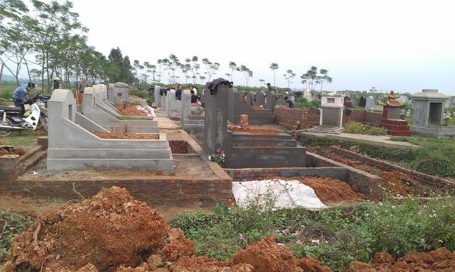 """Nhiều khu mộ ở xã Đồng Quang (Quốc Oai, Hà Nội) được xây sẵn để bán cho gia đình có nhu cầu """"sang nhà"""" cho người quá cố."""