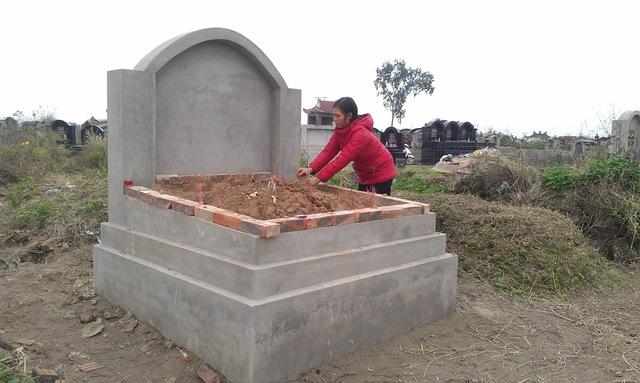Ngôi mộ này đã được một người dân mua và xây sẵn chờ chuẩn bị hậu sự.