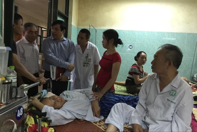 Lãnh đạo Cục Quản lý khám, chữa bệnh (Bộ Y tế) lắng nghe ý kiến của bệnh nhân và người nhà bệnh nhân điều trị tại Khoa Thần kinh, Bệnh viện Bạch Mai. Ảnh: V.Thu