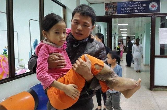 Cháu Nhung đã được nhập viện và đợi phẫu thuật khi có đủ sức khỏe. Ảnh:P.T