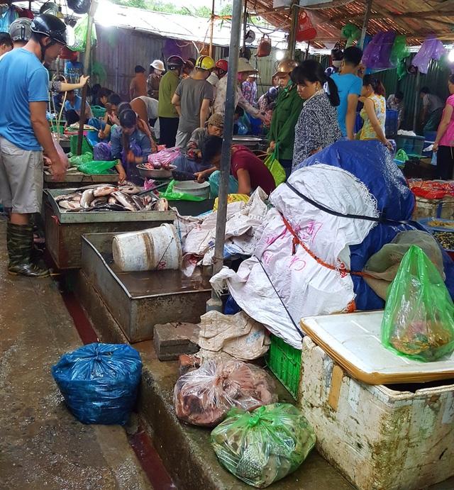 Những túi cá chết giá rẻ được xếp cạnh các thùng rác chờ người đến nhận hàng.
